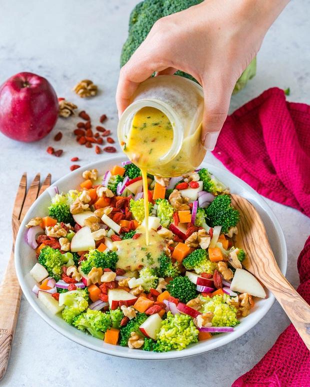 Ăn salad sẽ không giúp bạn giảm cân mà ngược lại còn gây béo nếu bạn ăn sai cách - Ảnh 2.