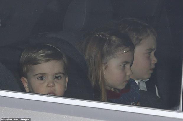 Rời tiệc hoàng gia, Hoàng tử bé và Công chúa của Công nương Kate gây chú ý vì vẻ mặt khó ở khiến fan vừa lo lắng vừa buồn cười - Ảnh 4.