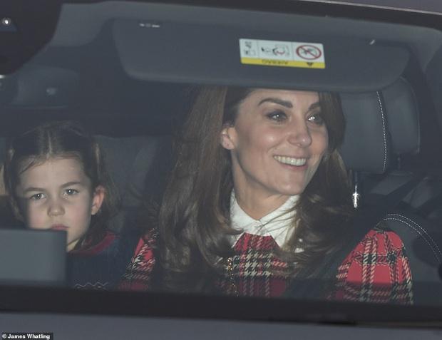 Rời tiệc hoàng gia, Hoàng tử bé và Công chúa của Công nương Kate gây chú ý vì vẻ mặt khó ở khiến fan vừa lo lắng vừa buồn cười - Ảnh 6.
