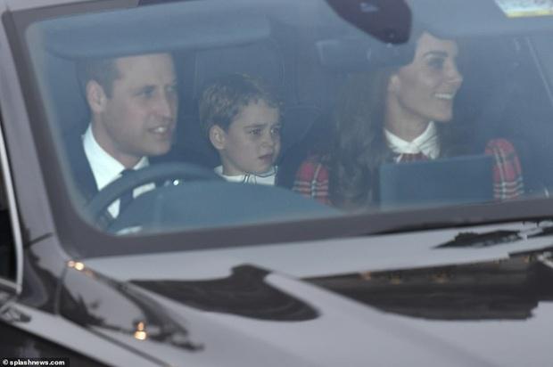 Rời tiệc hoàng gia, Hoàng tử bé và Công chúa của Công nương Kate gây chú ý vì vẻ mặt khó ở khiến fan vừa lo lắng vừa buồn cười - Ảnh 5.