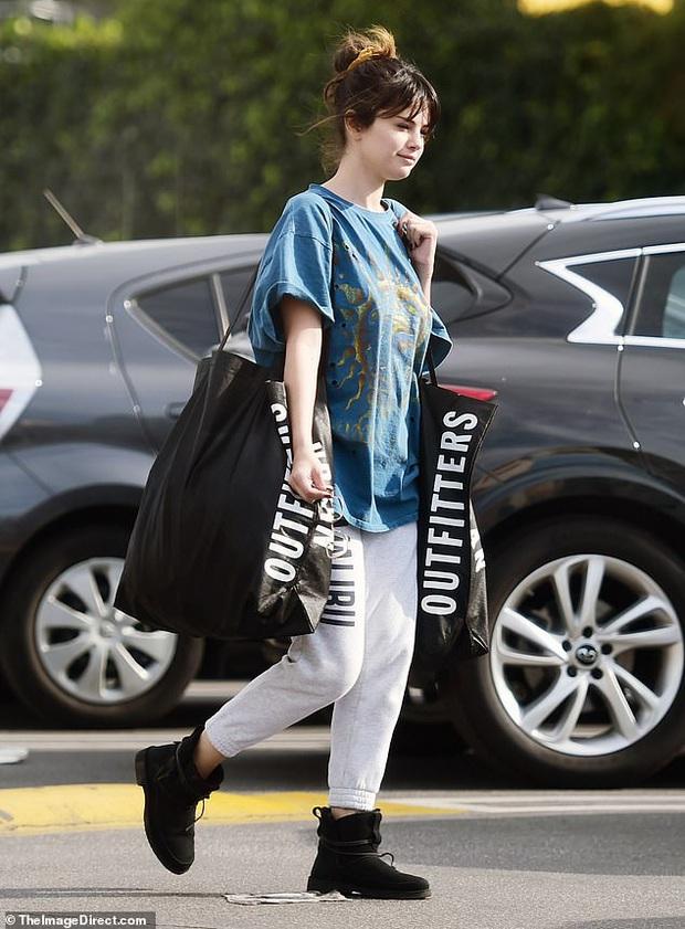 Selena Gomez gây sốt khi để mặt mộc 100% ra đường, trẻ hơn cả chục tuổi khi không make up? - Ảnh 3.