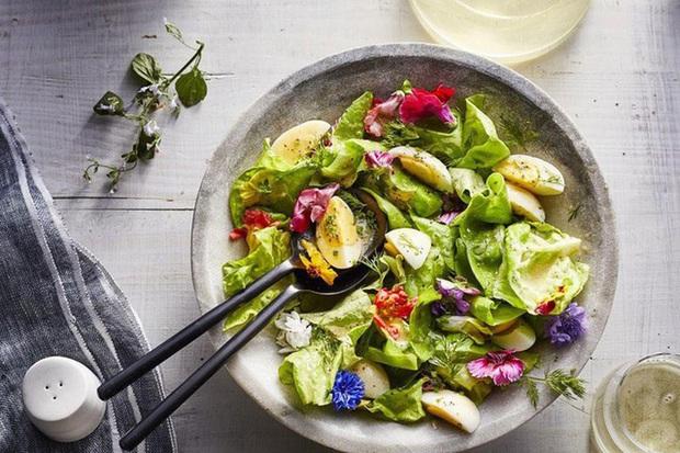 Ăn salad sẽ không giúp bạn giảm cân mà ngược lại còn gây béo nếu bạn ăn sai cách - Ảnh 3.