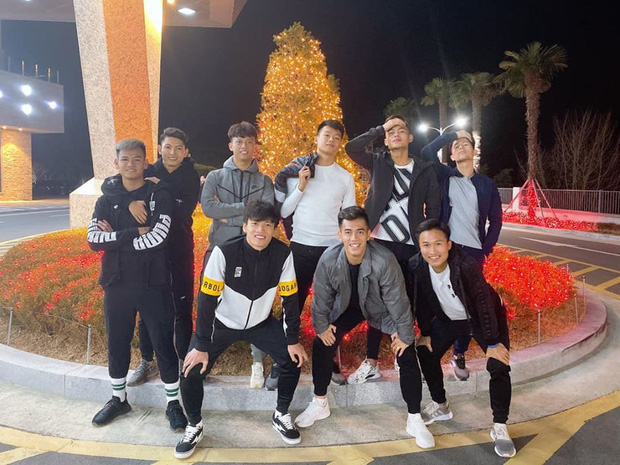 Dàn nam thần U23 Việt Nam tiếp tục nhập vai boyband ở Hàn Quốc: Toàn là những gương mặt visual, áp lực nhan sắc cho team qua đường thật sự! - Ảnh 1.