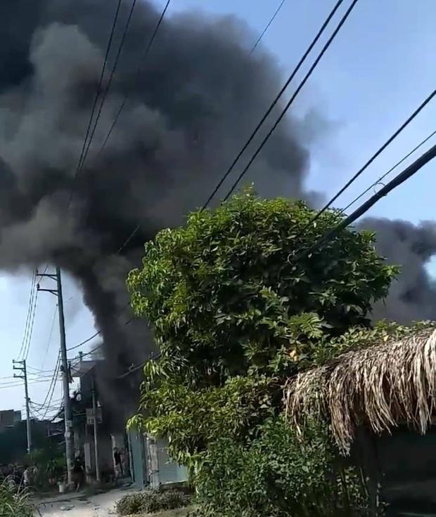 TP.HCM: Căn nhà chứa vải cháy dữ dội, nhiều người dân ôm đồ đạc tháo chạy thoát thân - Ảnh 1.