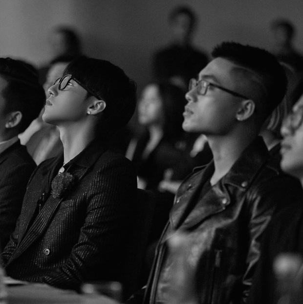 Khung hình cực phẩm gây sốt: Chủ tịch Sơn Tùng ngồi bên cậu em trai ngày càng ngầu và soái Việt Hoàng, nhìn là mê! - Ảnh 2.