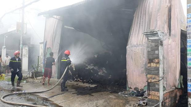 TP.HCM: Căn nhà chứa vải cháy dữ dội, nhiều người dân ôm đồ đạc tháo chạy thoát thân - Ảnh 4.