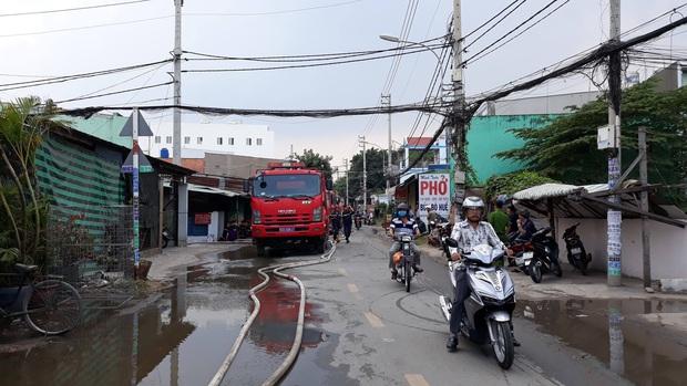 TP.HCM: Căn nhà chứa vải cháy dữ dội, nhiều người dân ôm đồ đạc tháo chạy thoát thân - Ảnh 2.