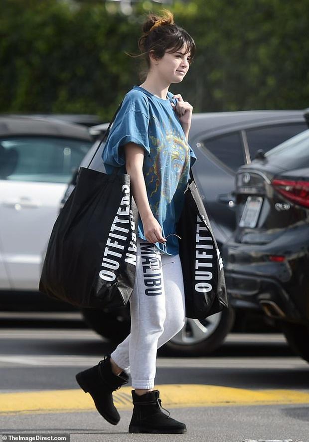 Selena Gomez gây sốt khi để mặt mộc 100% ra đường, trẻ hơn cả chục tuổi khi không make up? - Ảnh 1.