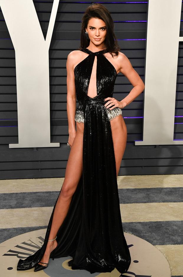 13 lần chị em nhà Kardashian gây nổ Hollywood năm 2019: Kim - Kendall hở nhức mắt, Kylie gây bão ở hôn lễ Justin - Ảnh 13.