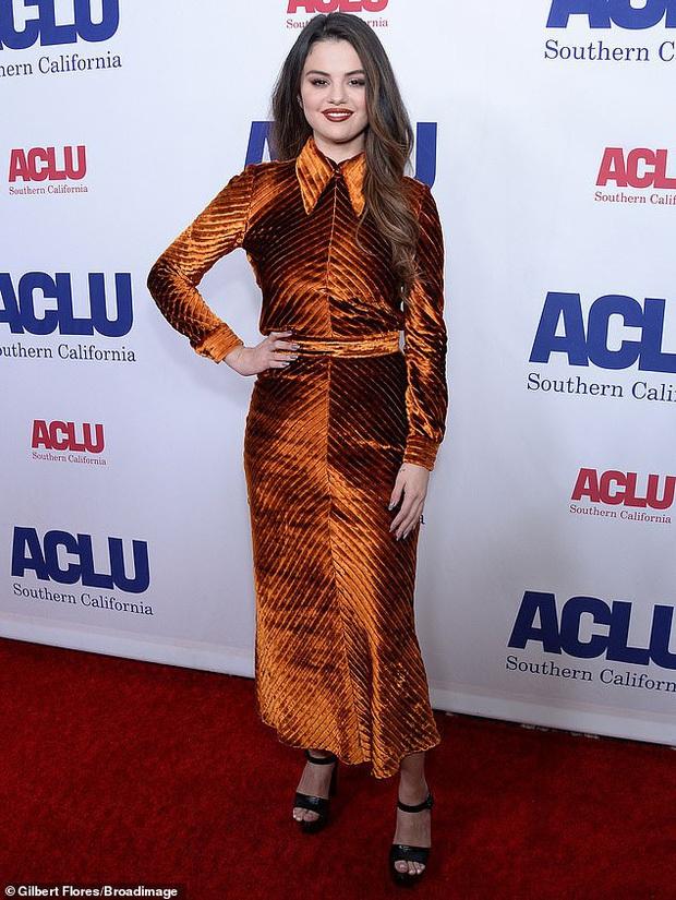 Selena Gomez gây sốt khi để mặt mộc 100% ra đường, trẻ hơn cả chục tuổi khi không make up? - Ảnh 5.