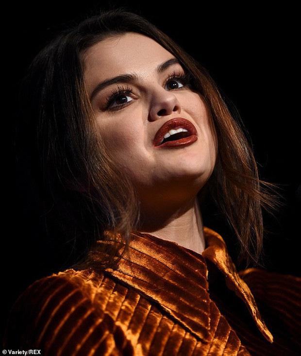 Selena Gomez gây sốt khi để mặt mộc 100% ra đường, trẻ hơn cả chục tuổi khi không make up? - Ảnh 4.