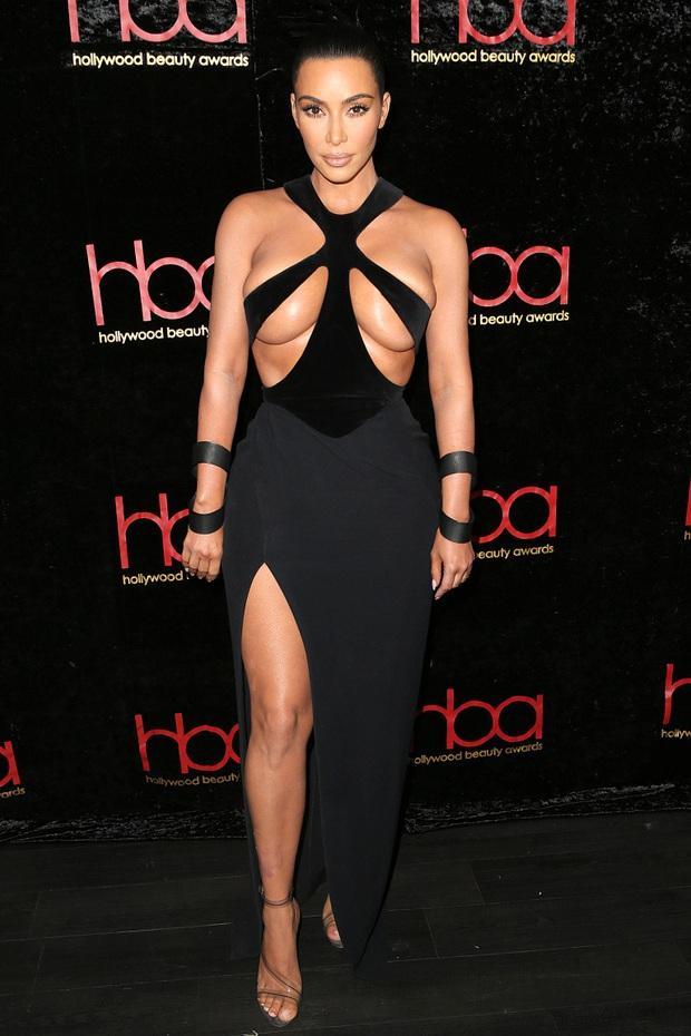 13 lần chị em nhà Kardashian gây nổ Hollywood năm 2019: Kim - Kendall hở nhức mắt, Kylie gây bão ở hôn lễ Justin - Ảnh 8.