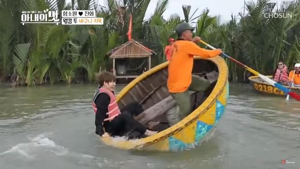 """Sang Việt Nam quẩy thuyền thúng, cặp """"vợ 42 chồng 24"""" khiến khán giả cười sảng khi bị đánh văng xuống nước - Ảnh 1."""