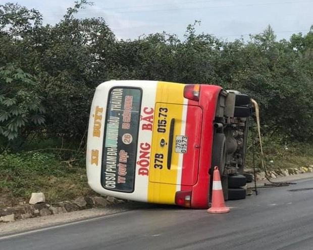 Xe buýt lật nhào khi vào cua, hành khách hốt hoảng cạy cửa thoát thân - Ảnh 1.