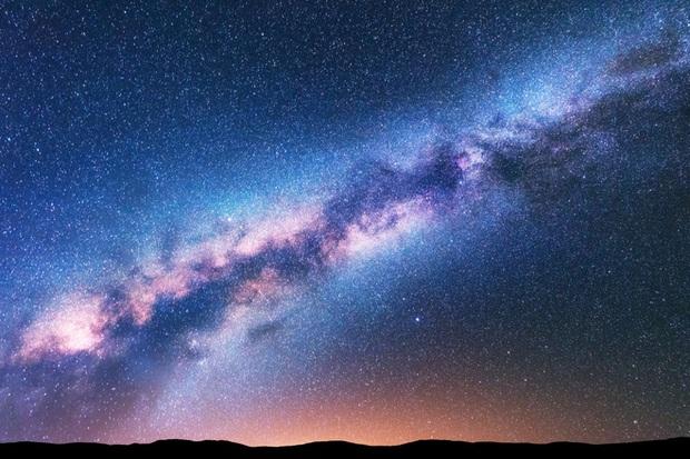Hình ảnh mới cho thấy giữa dải ngân hà đã diễn ra một vụ nổ lớn của hơn 100.000 ngôi sao vào khoảng 1 tỉ năm trước - Ảnh 2.