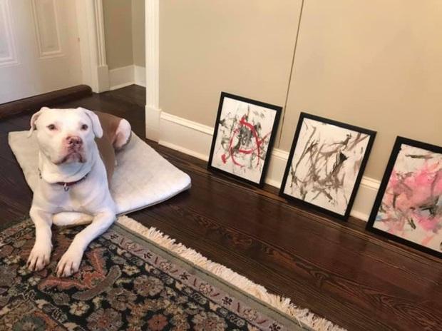 Chỉ dùng đuôi quẹt nguệch ngoạc vài nét lên giấy, chú chó kiếm về hơn 90 triệu từ việc bán đấu giá tranh - Ảnh 1.