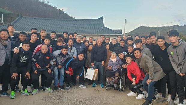 Quang Hải gọi thầy là sếp trong lần đầu tiên về thăm quê HLV Park Hang-seo - Ảnh 2.