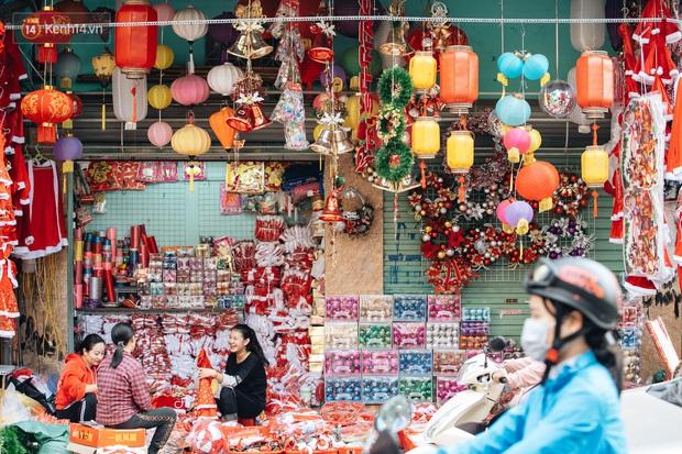 Tuần lộc vàng đính kim sa 3 triệu đồng vẫn hút khách, Hàng Mã trang hoàng trước thềm Giáng Sinh - Ảnh 2.