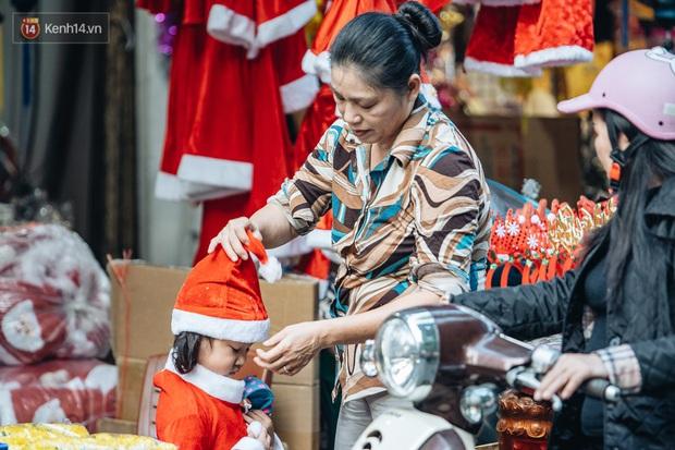 Tuần lộc vàng đính kim sa 3 triệu đồng vẫn hút khách, Hàng Mã trang hoàng trước thềm Giáng Sinh - Ảnh 10.