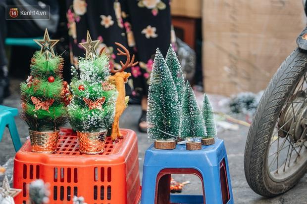 Tuần lộc vàng đính kim sa 3 triệu đồng vẫn hút khách, Hàng Mã trang hoàng trước thềm Giáng Sinh - Ảnh 8.