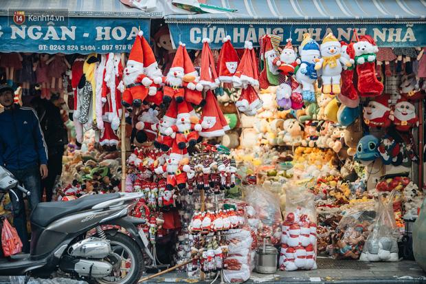 Tuần lộc vàng đính kim sa 3 triệu đồng vẫn hút khách, Hàng Mã trang hoàng trước thềm Giáng Sinh - Ảnh 5.