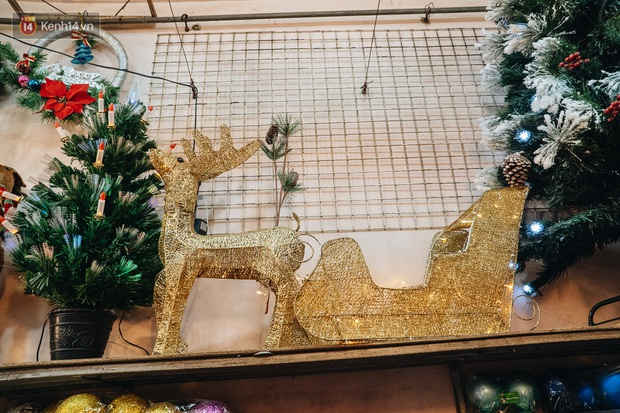 Tuần lộc vàng đính kim sa 3 triệu đồng vẫn hút khách, Hàng Mã trang hoàng trước thềm Giáng Sinh - Ảnh 15.