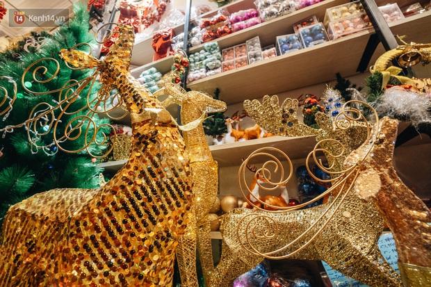 Tuần lộc vàng đính kim sa 3 triệu đồng vẫn hút khách, Hàng Mã trang hoàng trước thềm Giáng Sinh - Ảnh 16.