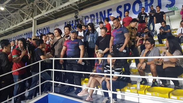 Maria Ozawa đến sân xem Việt Nam đấu Indonesia cùng trang phục mới, với hai người đàn ông mới nhưng vẫn quyết không trả lời phỏng vấn - Ảnh 1.