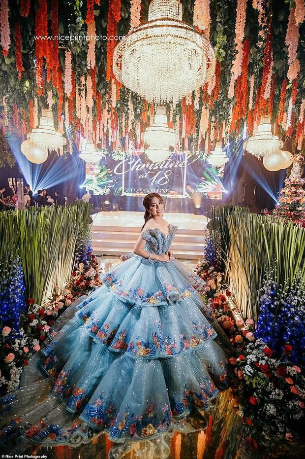 Sinh nhật 18 tuổi của Con nhà siêu giàu châu Á: Thay một lúc 6 bộ váy công chúa, bánh kem sương sương trăm triệu chứ nhiêu  - Ảnh 2.