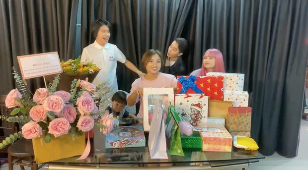Mẹ con bé Sa khui quà cùng Quang Trung và vợ chồng Cris Phan, bất ngờ phát hiện món quà của Diệu Nhi trà trộn từ bao giờ không biết - Ảnh 2.