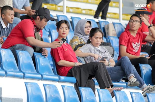 Maria Ozawa đến sân xem Việt Nam đấu Indonesia cùng trang phục mới, với hai người đàn ông mới nhưng vẫn quyết không trả lời phỏng vấn - Ảnh 4.