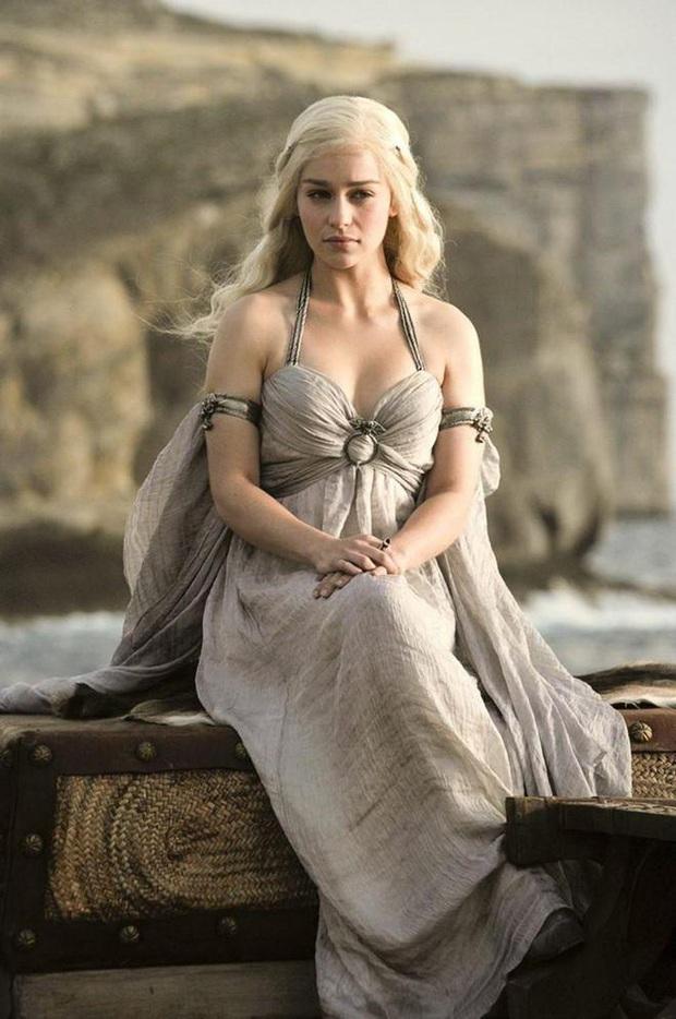 Hành trình Mẹ Rồng Emilia Clarke khi từ mỹ nhân lộ ngực gây sốc thành nữ hoàng rom-com mới - Ảnh 3.