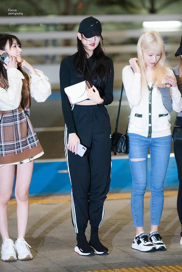 """Thì ra tủ đồ của sao Hàn luôn có crop top thun đen, kiểu áo đơn giản nhưng có """"ngàn lẻ một"""" cách mix đồ - Ảnh 7."""