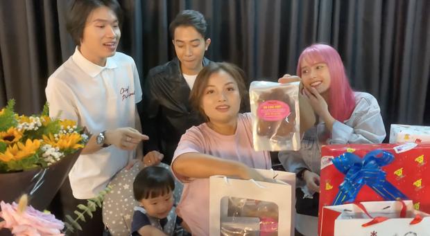 Mẹ con bé Sa khui quà cùng Quang Trung và vợ chồng Cris Phan, bất ngờ phát hiện món quà của Diệu Nhi trà trộn từ bao giờ không biết - Ảnh 3.