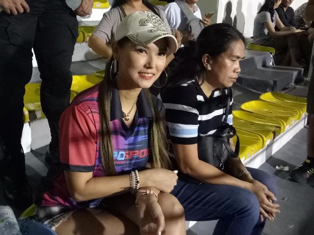 Maria Ozawa đến sân xem Việt Nam đấu Indonesia cùng trang phục mới, với hai người đàn ông mới nhưng vẫn quyết không trả lời phỏng vấn - Ảnh 2.