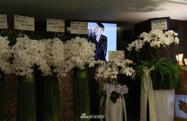 Ứa nước mắt vì di ảnh tang lễ với nụ cười ngọt ngào của Cao Dĩ Tường, bạn gái và mẹ suy sụp khóc lặng người - Ảnh 4.