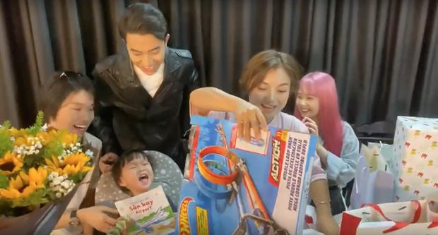 Mẹ con bé Sa khui quà cùng Quang Trung và vợ chồng Cris Phan, bất ngờ phát hiện món quà của Diệu Nhi trà trộn từ bao giờ không biết - Ảnh 5.