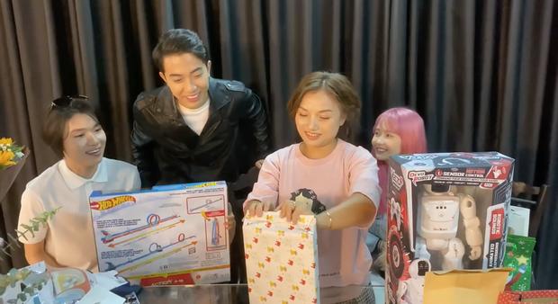Mẹ con bé Sa khui quà cùng Quang Trung và vợ chồng Cris Phan, bất ngờ phát hiện món quà của Diệu Nhi trà trộn từ bao giờ không biết - Ảnh 4.