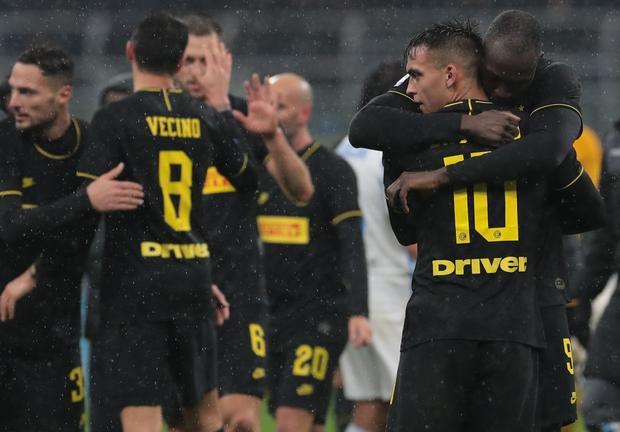 Phát quỳ với khoảnh khắc Cristiano Ronaldo chặn đứng cú sút của đồng đội, khiến đội nhà Juventus bị cầm hòa và mất ngôi đầu bảng - Ảnh 3.