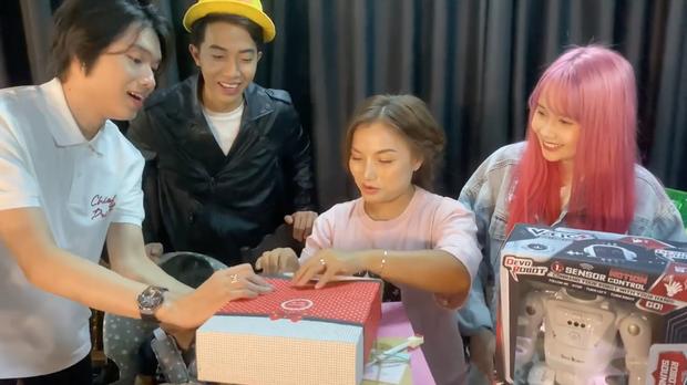 Mẹ con bé Sa khui quà cùng Quang Trung và vợ chồng Cris Phan, bất ngờ phát hiện món quà của Diệu Nhi trà trộn từ bao giờ không biết - Ảnh 6.