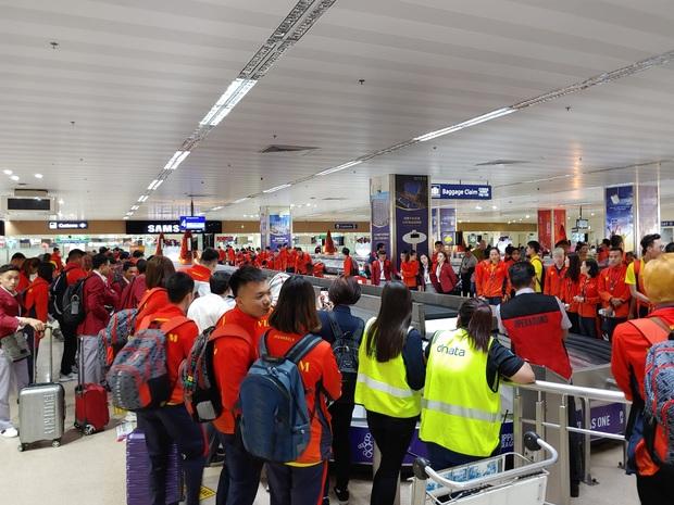 Máy bay chở hàng trăm VĐV Việt Nam sang Philippines dự SEA Games gặp sự cố, HLV trưởng đoàn Esports tự nhủ: Không sao, vạn sự khởi đầu nan! - Ảnh 1.