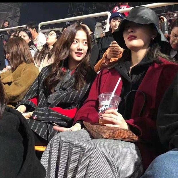 """Chị chị em em đã đành, Seulgi còn mạnh dạn """"thả thính"""" Sunmi ngay giữa concert của Red Velvet trước bàn dân thiên hạ - Ảnh 4."""