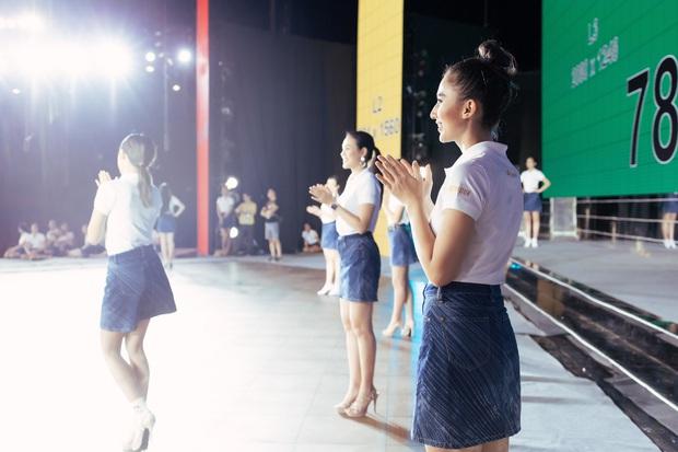 Thí sinh Hoa hậu Hoàn vũ Việt Nam tất bật tập luyện trên sân khấu catwalk dài 60m trước giờ G đêm thi bán kết - Ảnh 6.