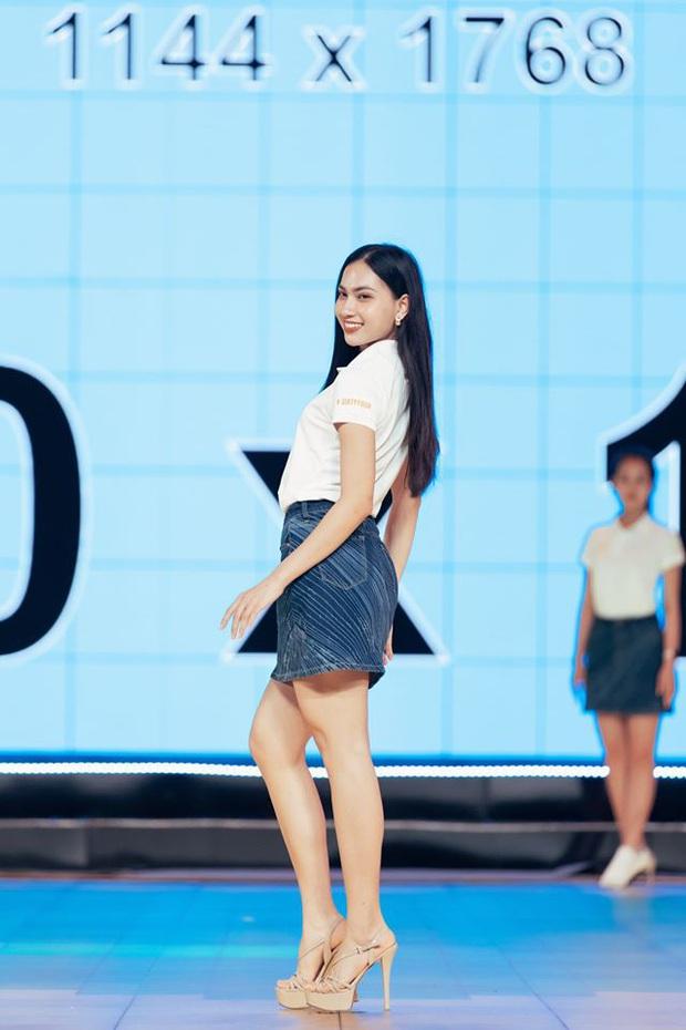 Thí sinh Hoa hậu Hoàn vũ Việt Nam tất bật tập luyện trên sân khấu catwalk dài 60m trước giờ G đêm thi bán kết - Ảnh 4.
