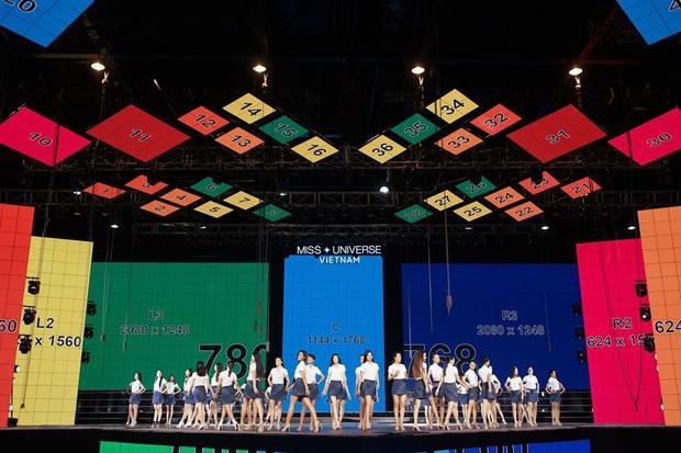 Thí sinh Hoa hậu Hoàn vũ Việt Nam tất bật tập luyện trên sân khấu catwalk dài 60m trước giờ G đêm thi bán kết - Ảnh 3.