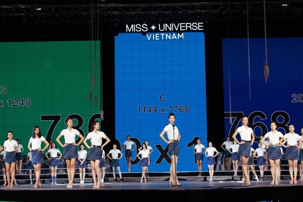 Thí sinh Hoa hậu Hoàn vũ Việt Nam tất bật tập luyện trên sân khấu catwalk dài 60m trước giờ G đêm thi bán kết - Ảnh 2.