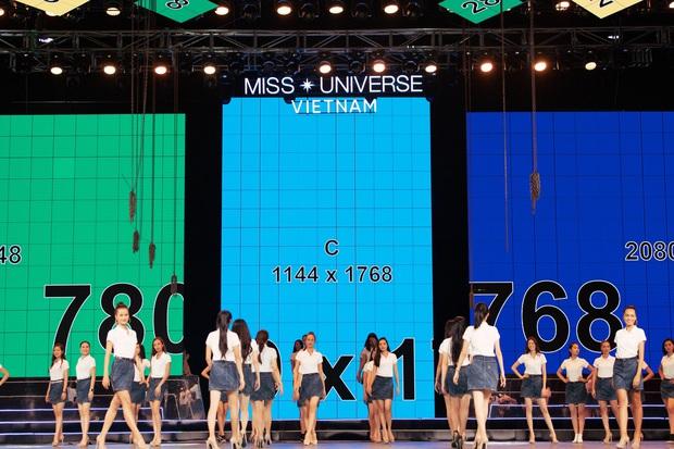 Thí sinh Hoa hậu Hoàn vũ Việt Nam tất bật tập luyện trên sân khấu catwalk dài 60m trước giờ G đêm thi bán kết - Ảnh 1.