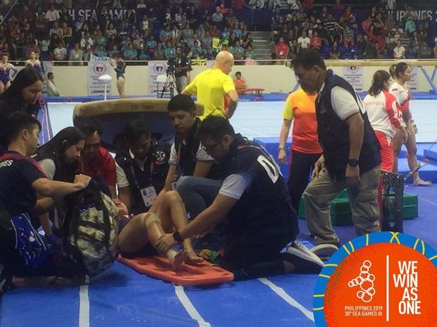 Nữ VĐV chủ nhà Philippines kêu gào trong đau đớn tột cùng sau cú tiếp đất sai kỹ thuật, phải rời sân đấu bằng cáng - Ảnh 3.