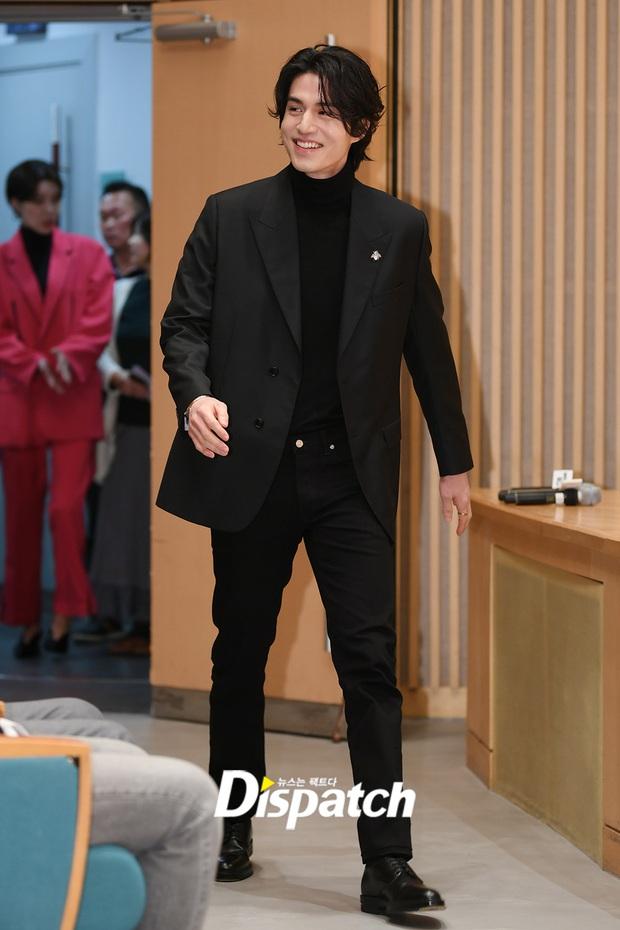 Lâu lắm rồi tài tử cực phẩm Lee Dong Wook mới chủ động thân mật với 1 sao nữ, nhưng ai mà may mắn thế này? - Ảnh 1.