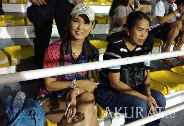 Maria Ozawa đến sân xem Việt Nam đấu Indonesia cùng trang phục mới, với hai người đàn ông mới nhưng vẫn quyết không trả lời phỏng vấn - Ảnh 3.